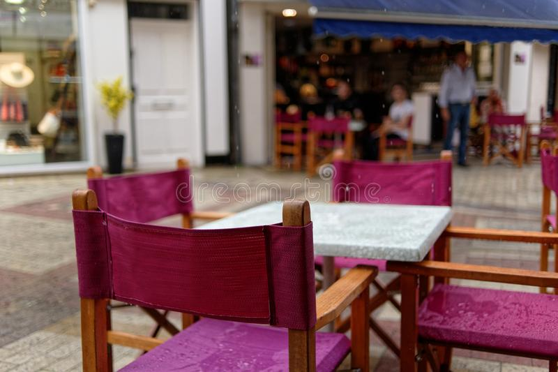 Regen in Blois, natte stoelen en lijsten in een openluchtkoffie Close-up frankrijk royalty-vrije stock foto's
