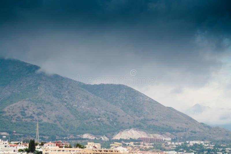 Regen, der über die Berge kommt lizenzfreie stockfotografie