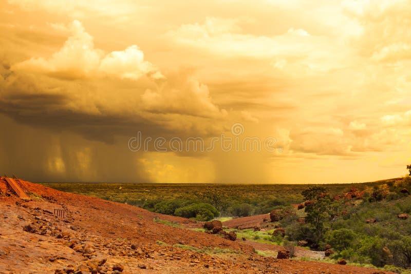 Regen in der Wüstenrückseite stockfoto