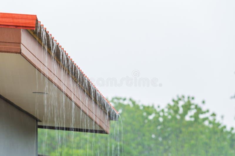 Regen die neer van het dakhuis stromen royalty-vrije stock foto's