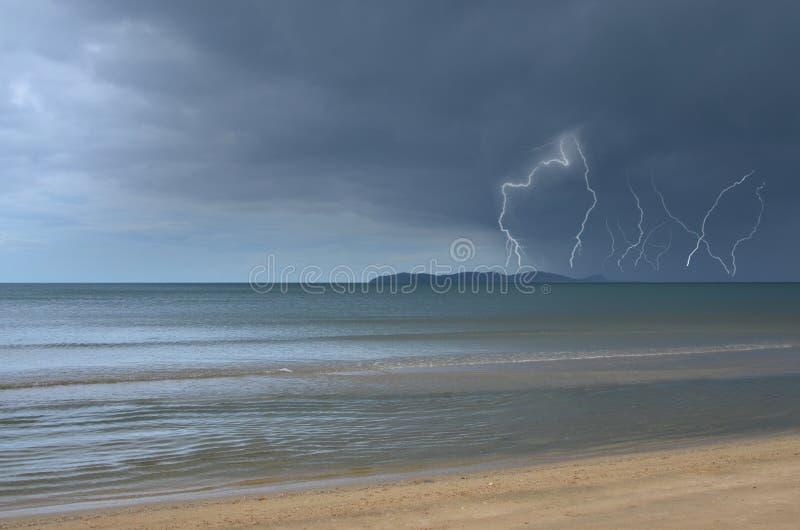 Regen en donderonweer over het eiland in het overzees royalty-vrije stock foto's