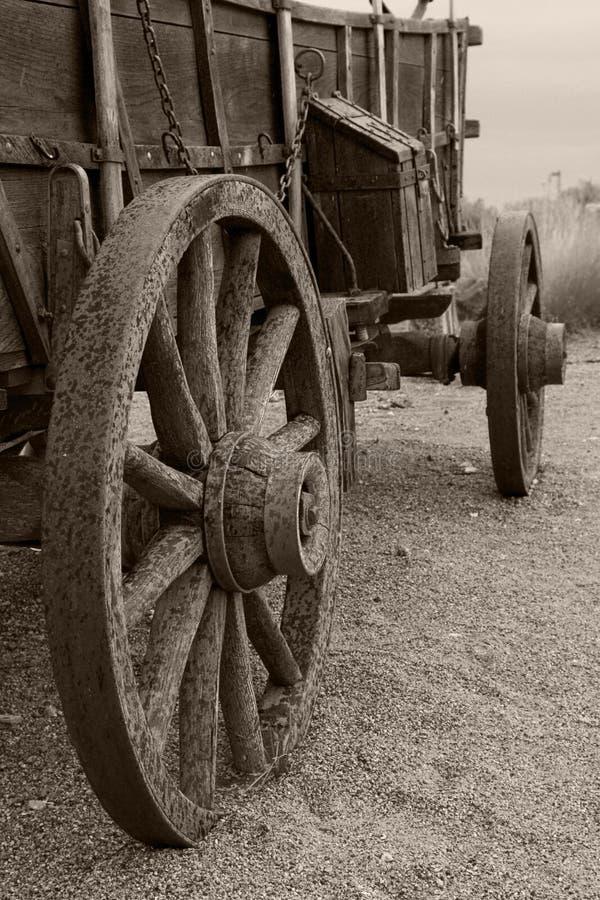Regen gebeschmutzter Planwagen im Sepia lizenzfreies stockbild