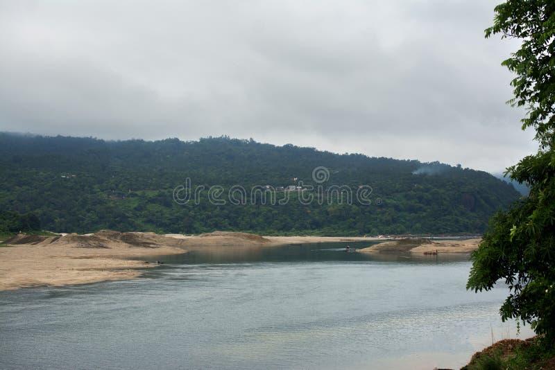 Regen gevoede rivier stock afbeeldingen