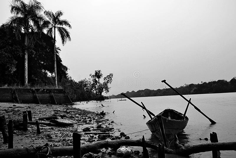 Regen im Fluss stockfoto