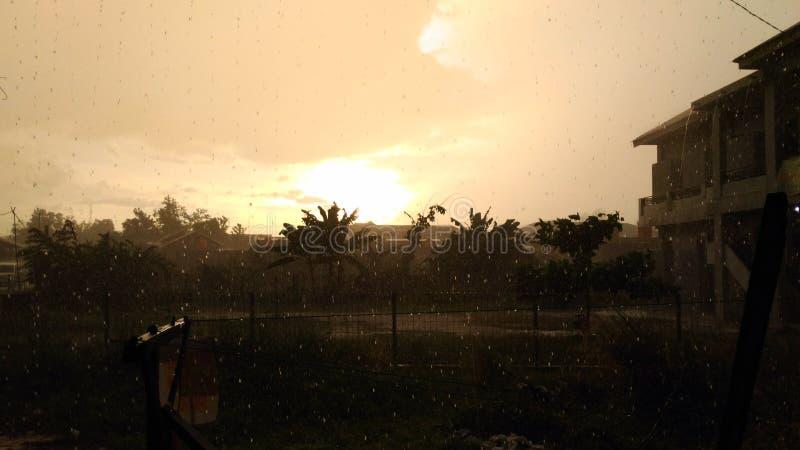 Regen im Sonnenuntergang lizenzfreie stockfotografie