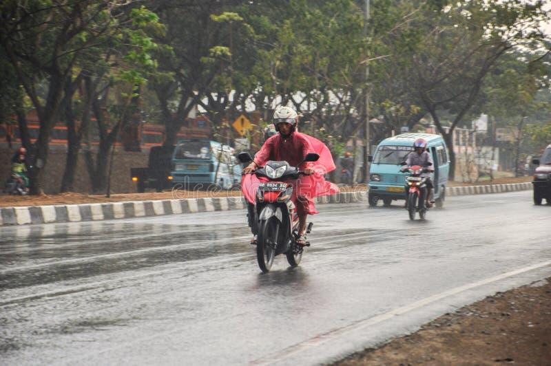 Regen in Indonesien während der Monsunzeit lizenzfreie stockfotos
