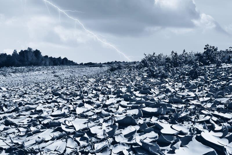 Regen inkomend op het droge rivierbed stock fotografie