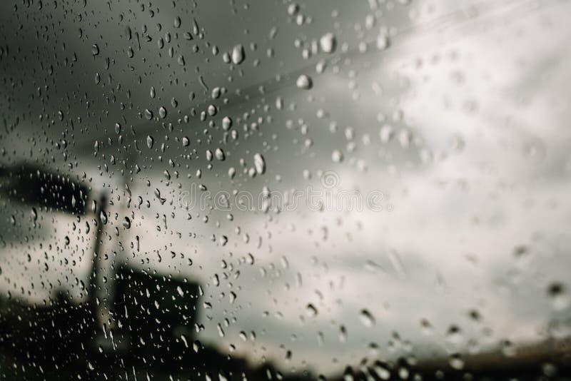 Regen op de autosnelweg, zware regen op het windscherm, voorruit terwijl het drijven op de autosnelweg in een auto, bestelwagen,  royalty-vrije stock foto
