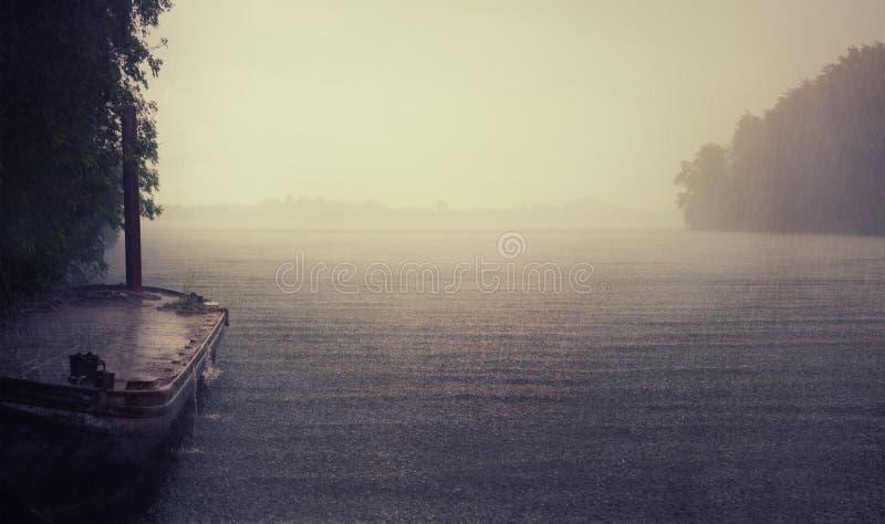 Regen op het meer royalty-vrije stock afbeeldingen