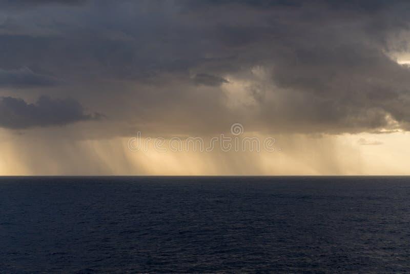 Regen over de Atlantische Oceaan van zware onweerswolken royalty-vrije stock foto