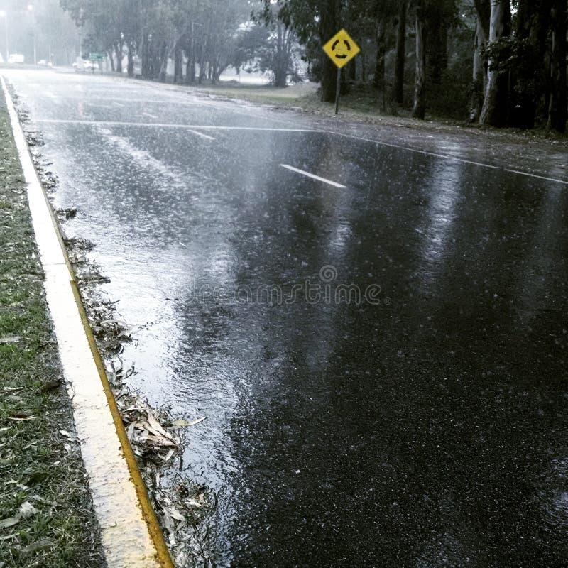 Regen in straat stock afbeeldingen
