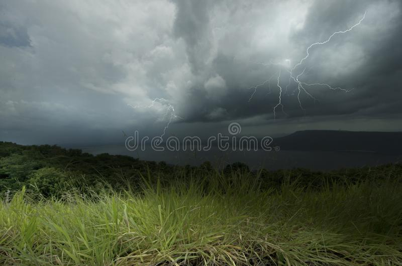 Regen und Gewitter ?ber dem Wald und dem See lizenzfreies stockfoto