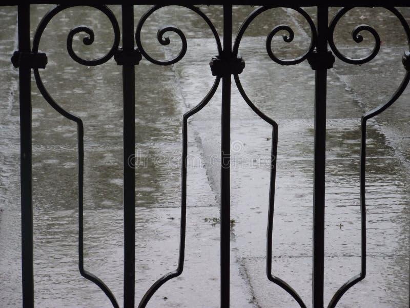 Regen und Zaun lizenzfreie stockfotos
