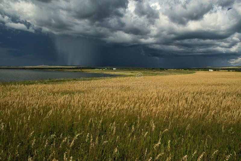 Regen von den Wolken über einem See lizenzfreie stockfotos