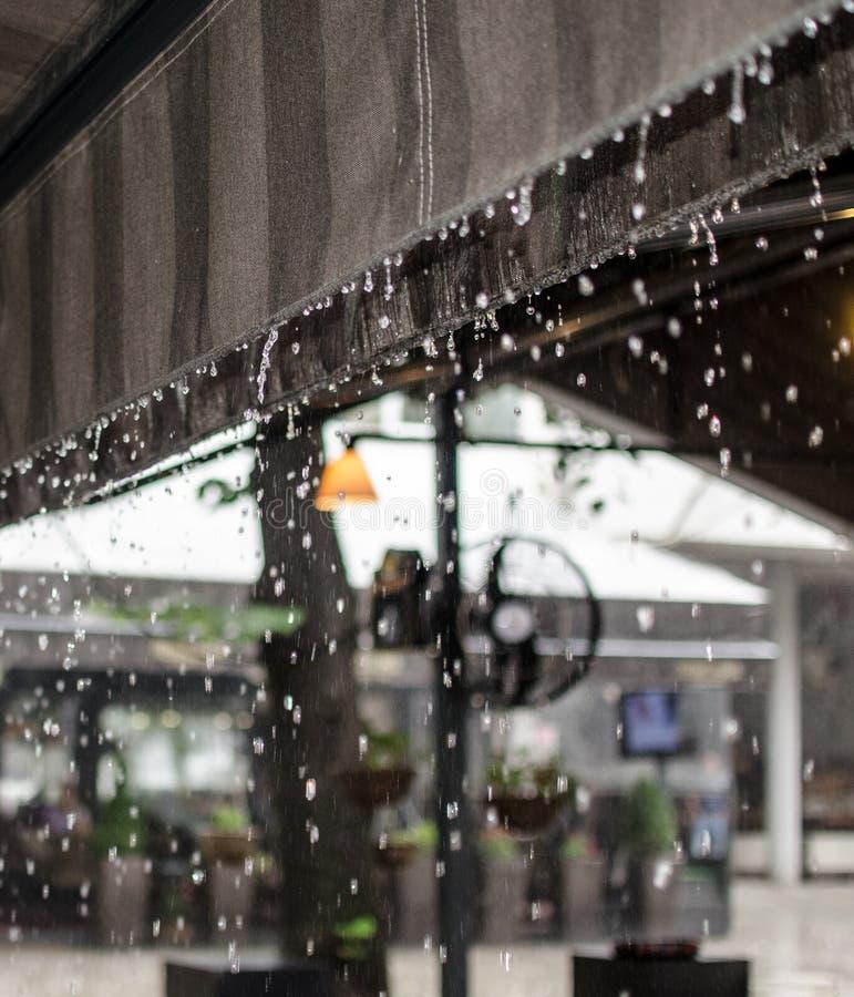 Regen wegvloeiend dak stock foto