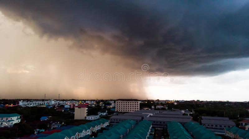 Regenachtig onweer met korrel over de stad Donkere hemel en dramatische clou royalty-vrije stock fotografie