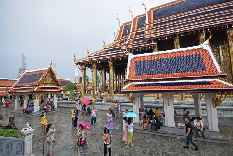 Regenachtig seizoen bij de Tempel van Emerald Buddha binnen de gebieden van het Grote Paleis, Bangkok, Thailand royalty-vrije stock foto's