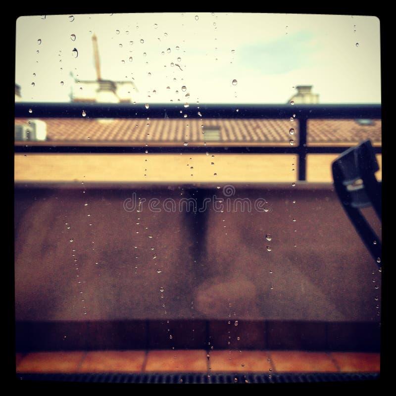 Regenachtig venster stock foto