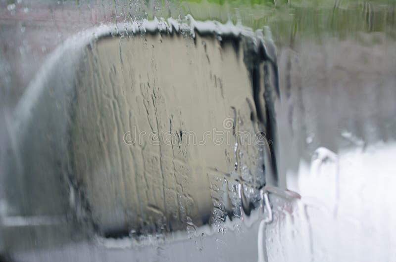Regenachtig weer Toont verhoogde aandacht wanneer het drijven van een auto stock foto's