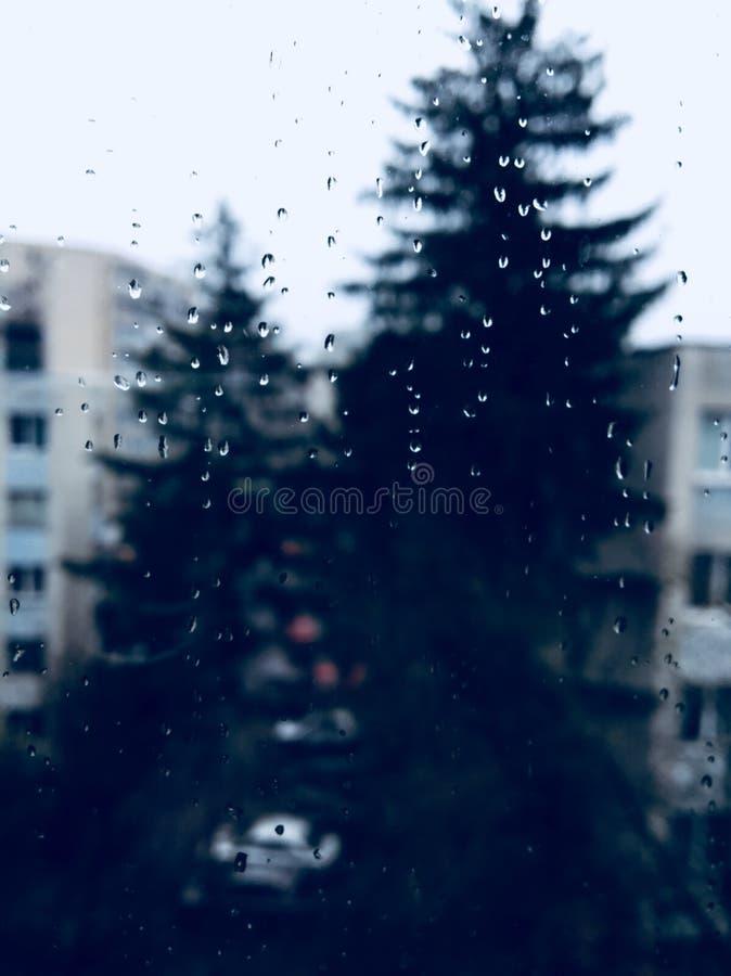 Regenachtige dag, behandelde hemel van het venster royalty-vrije stock foto