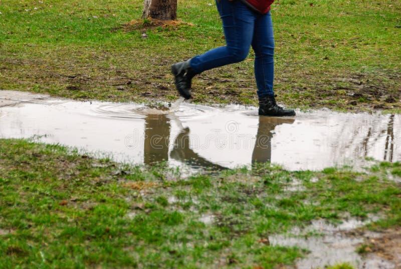 Regenachtige dag Bezinning in vulklei op de stadsstraat tijdens regen royalty-vrije stock fotografie