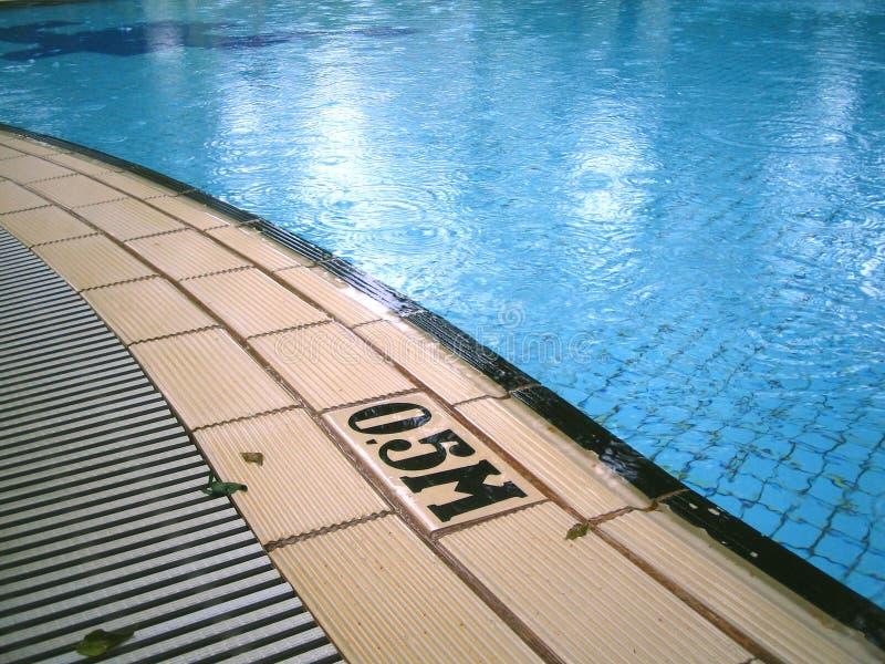 Regenachtige dag bij de pool stock afbeelding
