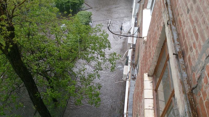Regenachtige dag in de zomer in de stad royalty-vrije stock afbeelding
