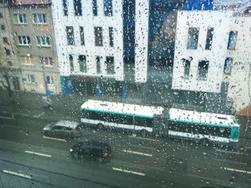 Regenachtige dag door regenachtig venster stock fotografie