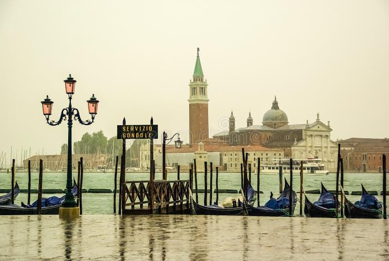 Regenachtige dag op een gondelpijler in Venetië Italië stock fotografie