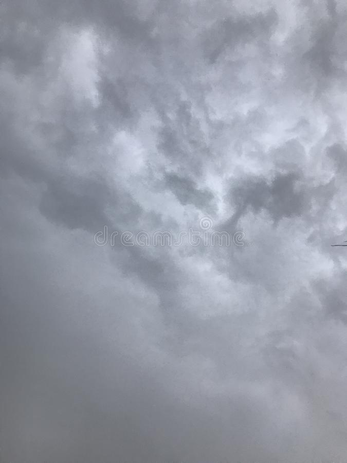 Regenachtige grijze wolken op een hete de zomerdag royalty-vrije stock foto