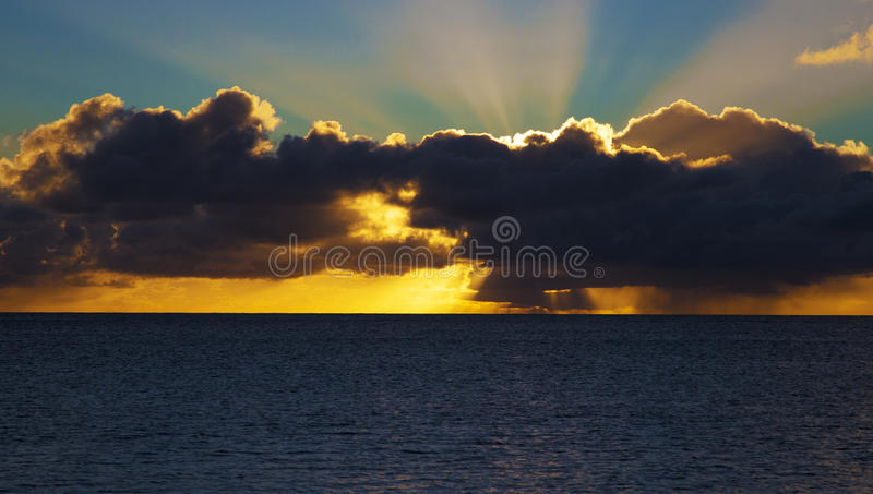 Regenachtige tropische zonsondergang stock afbeeldingen