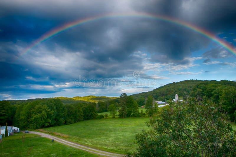 Regenbogen über dem Abhang lizenzfreie stockfotografie
