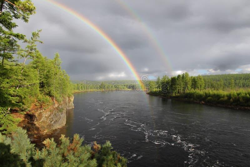 Regenbogen über dem Fluss stockfotografie
