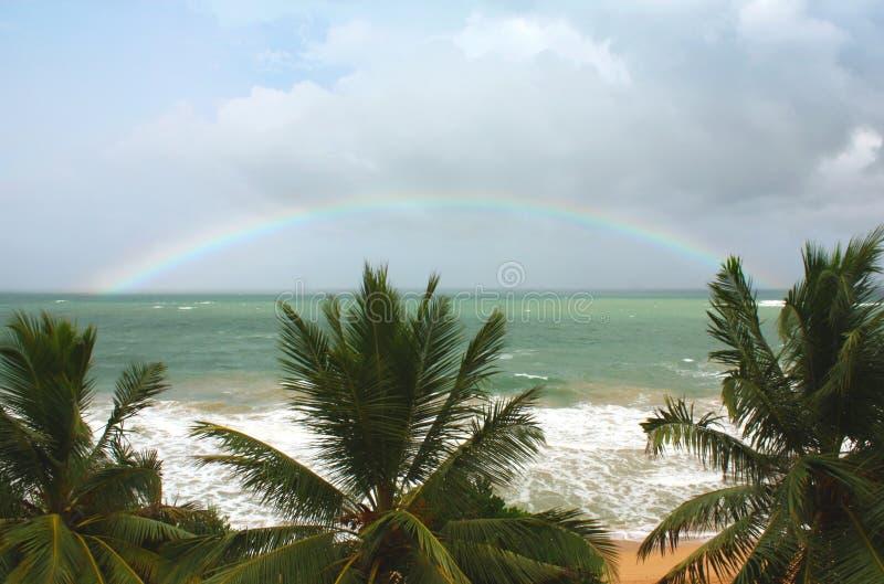 Regenbogen über dem Indischen Ozean lizenzfreie stockfotografie