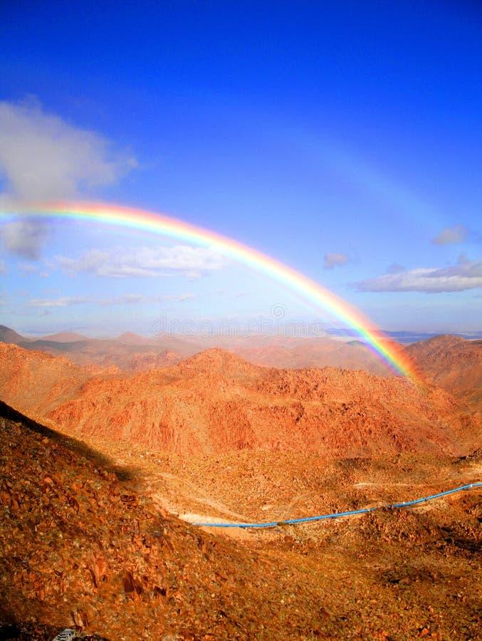 Regenbogen über dem rumorosa stockbilder