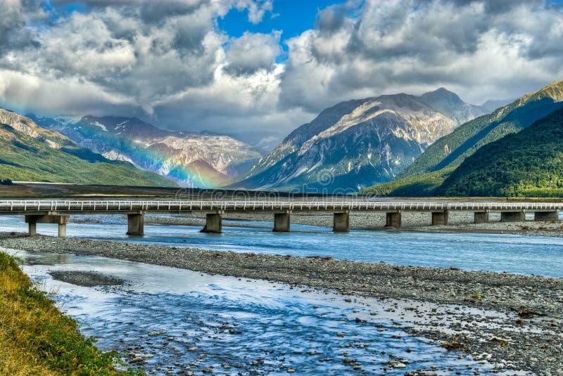 Regenbogen über dem Waimakariri Fluss, NZ lizenzfreies stockfoto