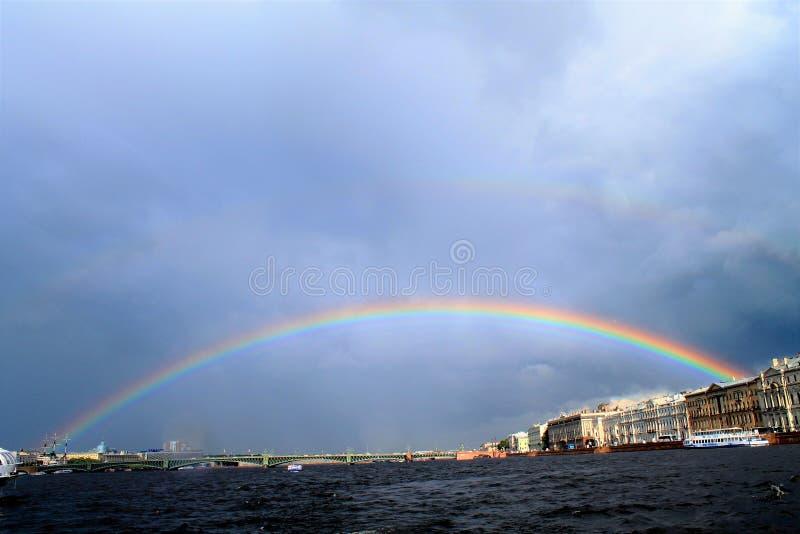 Regenbogen über dem Wasser lizenzfreie stockfotos