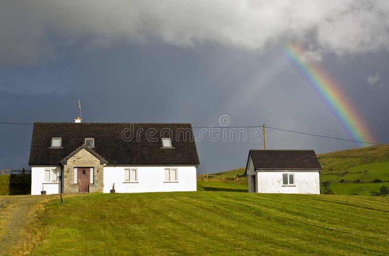 Regenbogen über den Häusern in der irischen Landschaft, Irland, Europa lizenzfreies stockfoto