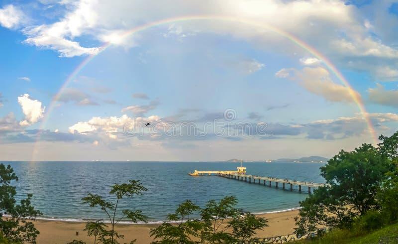 Regenbogen über der Brücke lizenzfreies stockfoto