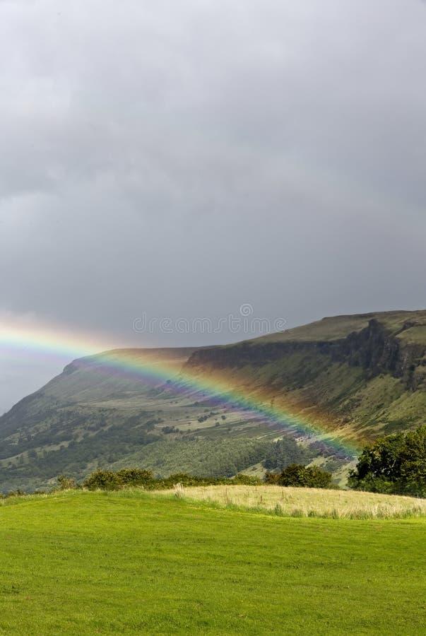 Regenbogen über einer Tallandschaft Irland stockbilder