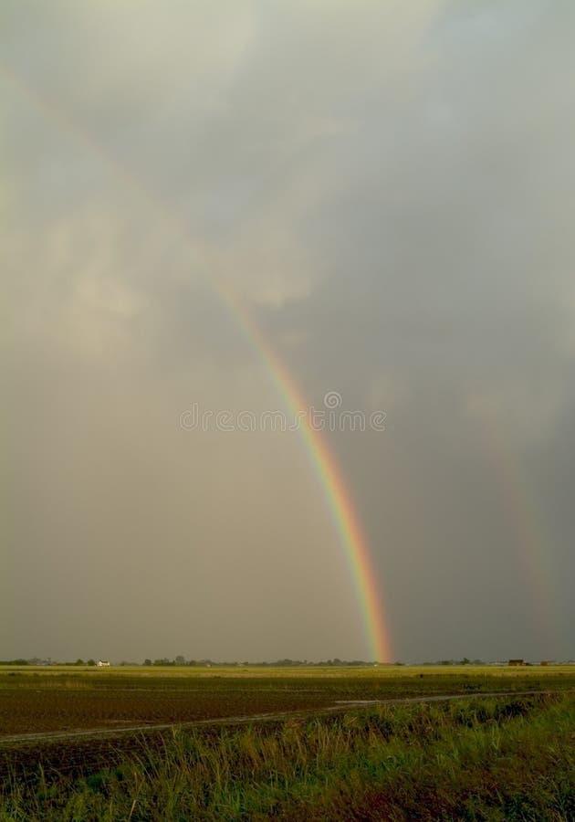 Regenbogen über flachem Ackerland