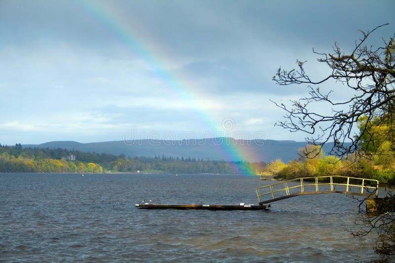 Regenbogen über Loch Lomond lizenzfreie stockbilder