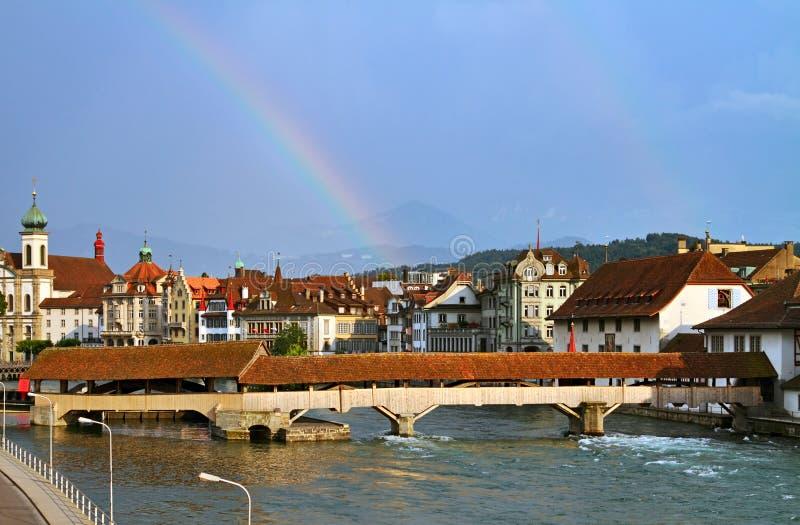 Regenbogen über Luzerne stockbilder