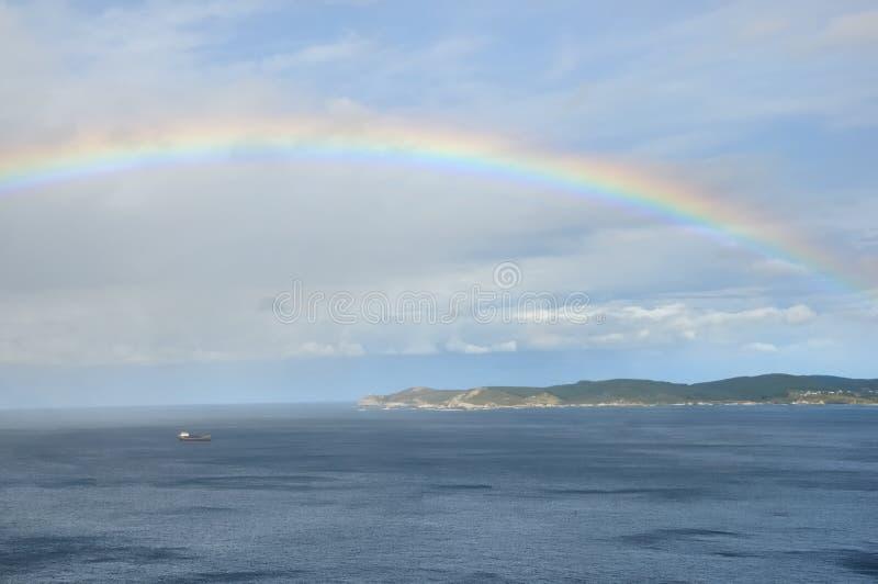 Regenbogen über Meer no.2 lizenzfreies stockfoto