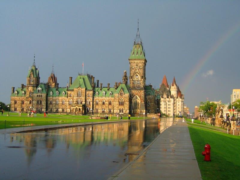 Regenbogen über Ostflügel auf Parlaments-Hügel in Ottawa, Ontario lizenzfreie stockbilder