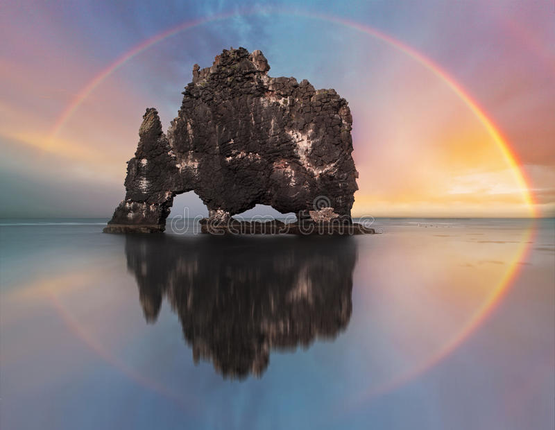 Regenbogen über Ozeanfelsen, Island lizenzfreie stockfotos