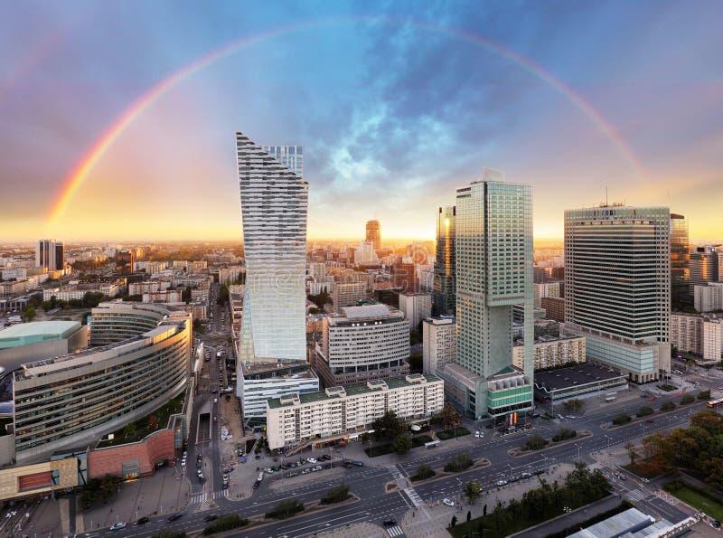 Regenbogen über Panorama von Warschau, Polen, Europa stockfotografie