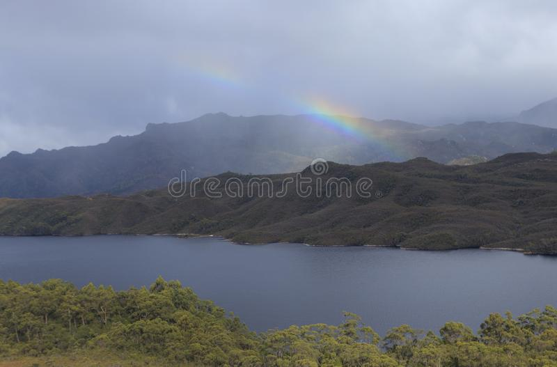 Regenbogen über See Pedder Tasmanien lizenzfreie stockfotografie