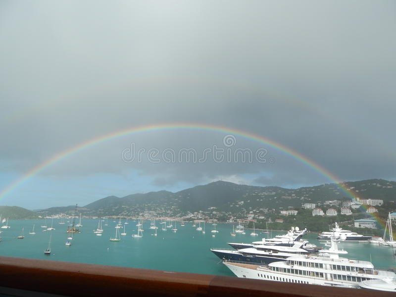 Regenbogen über St Thomas USVI lizenzfreie stockfotografie