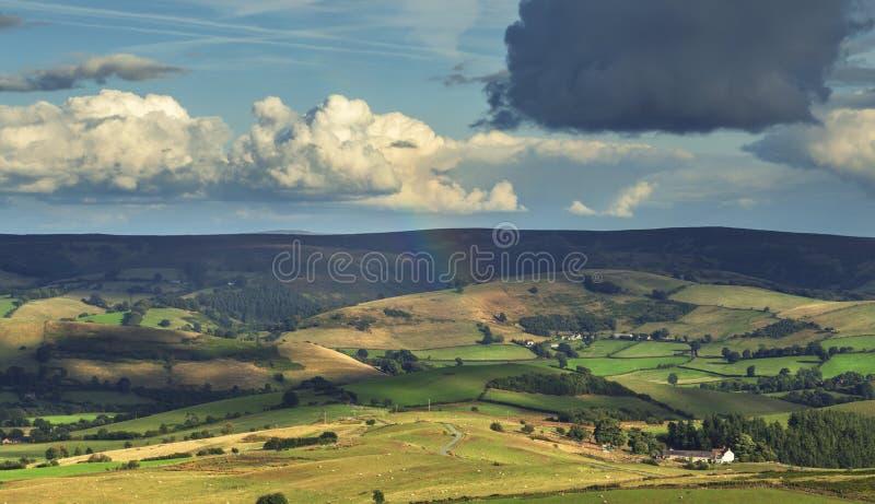 Regenbogen über szenischen Landschafts-Feldern in Großbritannien lizenzfreie stockbilder